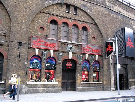 """Лондон.   """"Лондонская темница """" совмещает в себе профессиональную игру актёров, спецэффекты и поездки по тёмным..."""